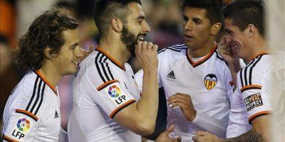 El delantero del Valencia Álvaro Negredo (2i) celebra con sus compañeros el gol marcado al Almería, tercero para el equipo, durante el partido de la decimonovena jornada de Liga disputado en el estadio de Mestalla. EFE