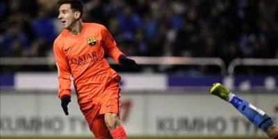 El delantero argentino del FC Barcelona Lionel Messi tras marcar su gol de cabeza al Deportivo de La Coruña, durante el partido de la decimonovena jornada de Liga de Primera División disputado en el estadio de Riazor. EFE
