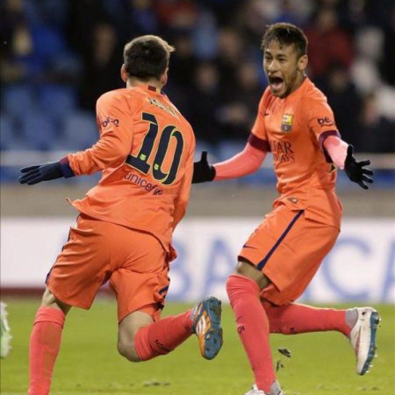 El delantero argentino del FC Barcelona Lionel Messi (i) celebra con su compañero el brasileño Neymar jr (d) el gol marcado al Deportivo de La Coruña, durante el partido de la decimonovena jornada de Liga de Primera División disputado en el estadio de Riazor. EFE