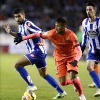 El delantero brasileño del FC Barcelona Neymar da Silva (c) controla el balón ante el defensa del Deportivo, Juan Francisco Moreno (i)durante el partido correspondiente a la decimonovena jornada de Liga en el estadio de Riazor. EFE
