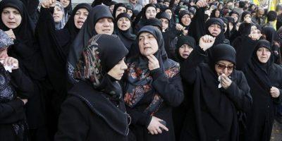 Varias mujeres lloran al paso del ataúd de Yihad Mugniyeh, de 25 años, hijo de Imad, jefe militar del grupo chií asesinado en 2008 en Damasco durante su funeral celebrado en Beirut, Líbano hoy 19 de enero de 2015. EFE