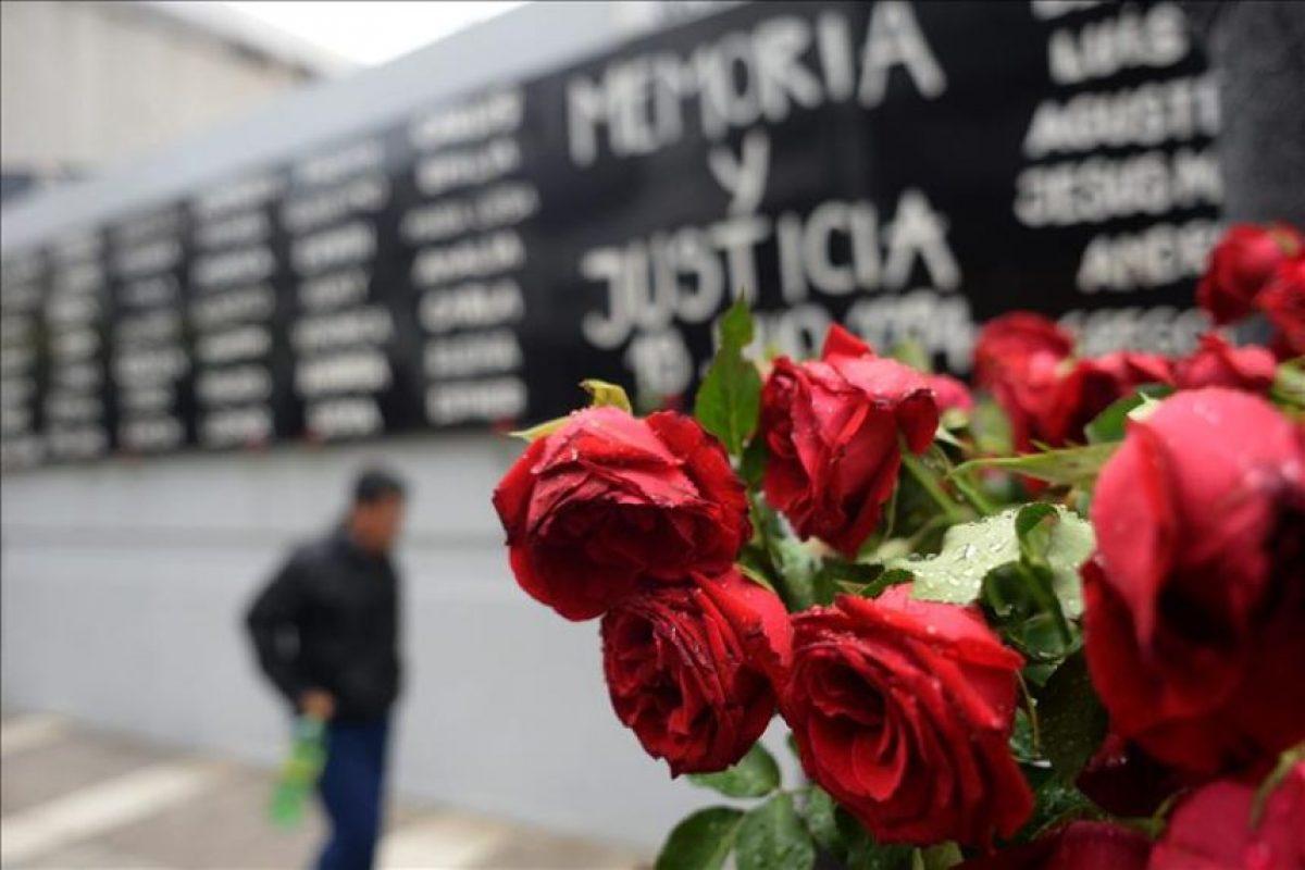 Fotografía de un ramo de rosas en la sede de la Asociación Mutual Israelita Argentina (AMIA) hoy, lunes 19 de enero de 2015, en Buenos Aires (Argentina). EFE