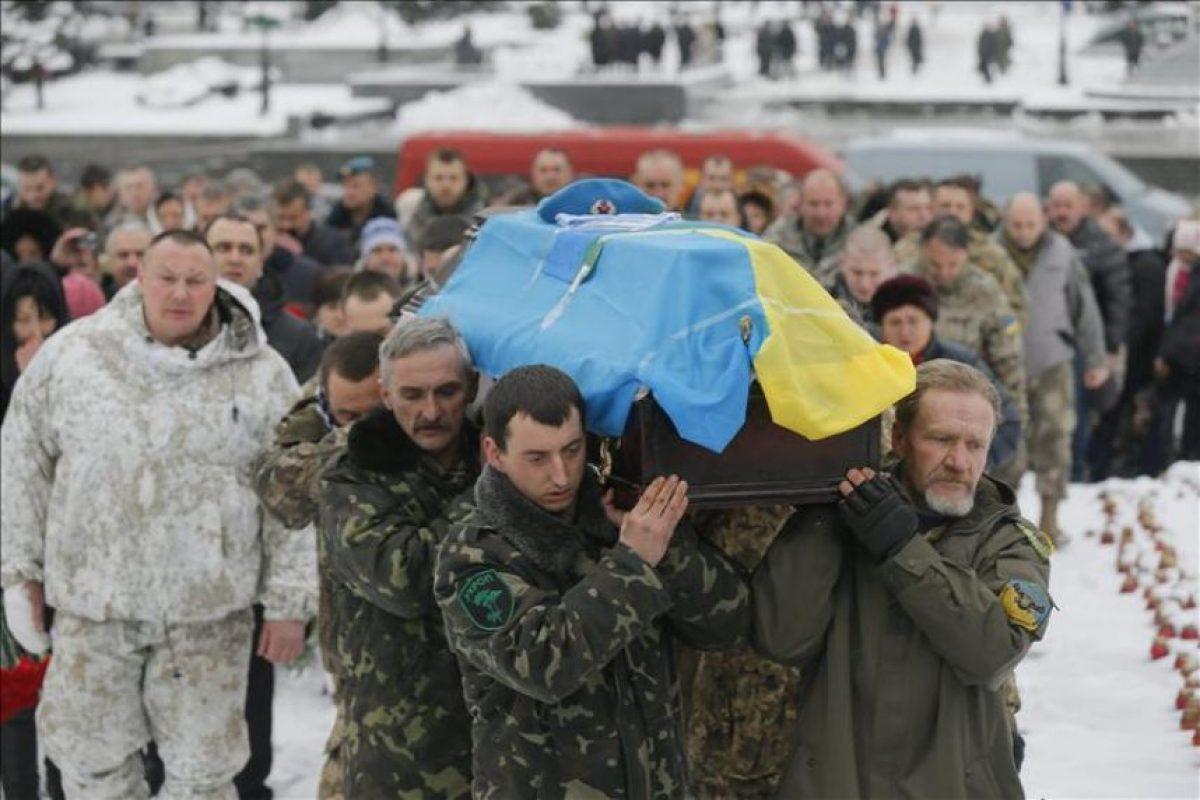 Miembros del batallón de voluntarios Aidar, portan el féretro de su camarada Serhiy Nikonenko, durante su funeral en la plaza de la Independencia de Kiev, Ucrania, hoy, 20 de enero de 2015. EFE