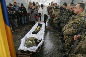 Miembros del batallón de voluntarios Aidar, rodean el féretro de su camarada Serhiy Nikonenko, que perdió la vida en el conflicto del este de Ucrania, durante su funeral en la plaza de la Independencia de Kiev, Ucrania, hoy, 20 de enero de 2015. EFE