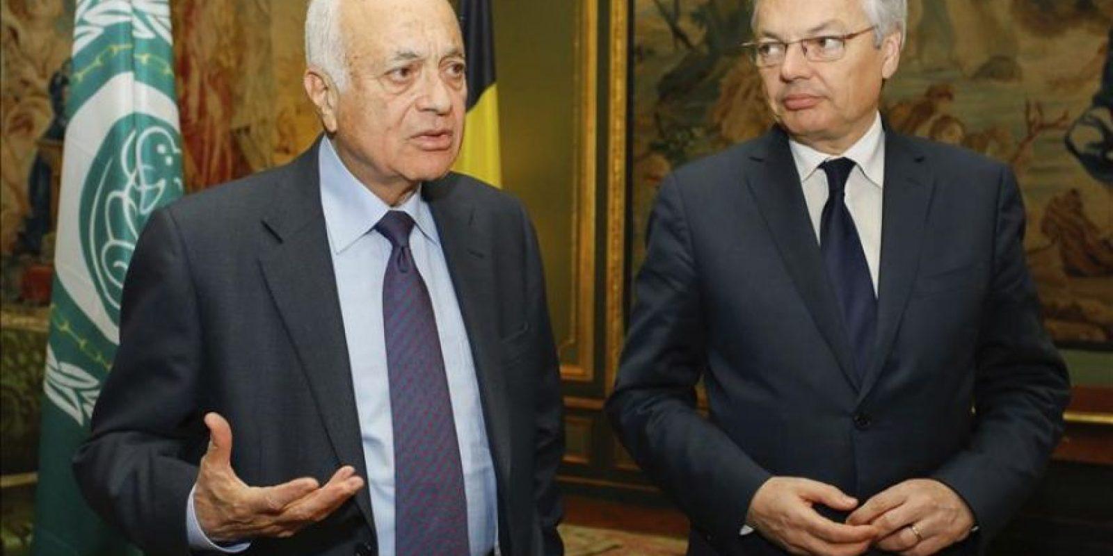 El secretario general de la Liga Árabe, Nabil al Arabi (i) durante su reunión con el ministro de Exteriores belga, Didier Reynders (d) en el Palacio Egmont en Bruselas, Bélgica hoy 20 de enero de 2015. EFE