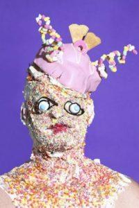 "El artista James Ostrer usó la comida chatarra para crear obras ""de horror"". Foto:Cortesía Gazelli Art House"