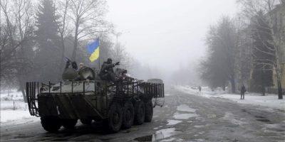 Soldados ucranianos patrullan ayer las calles de Debaltsevo, Ucrania. EFE