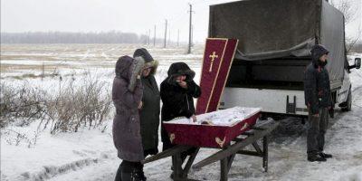 Varios familiares asisten al funeral de Artem Lytkin (11), asesinado en un bombardeo el 19 de enero, en Debaltseve, región de Donestk, Ucrania, el 21 de enero del 2015. EFE