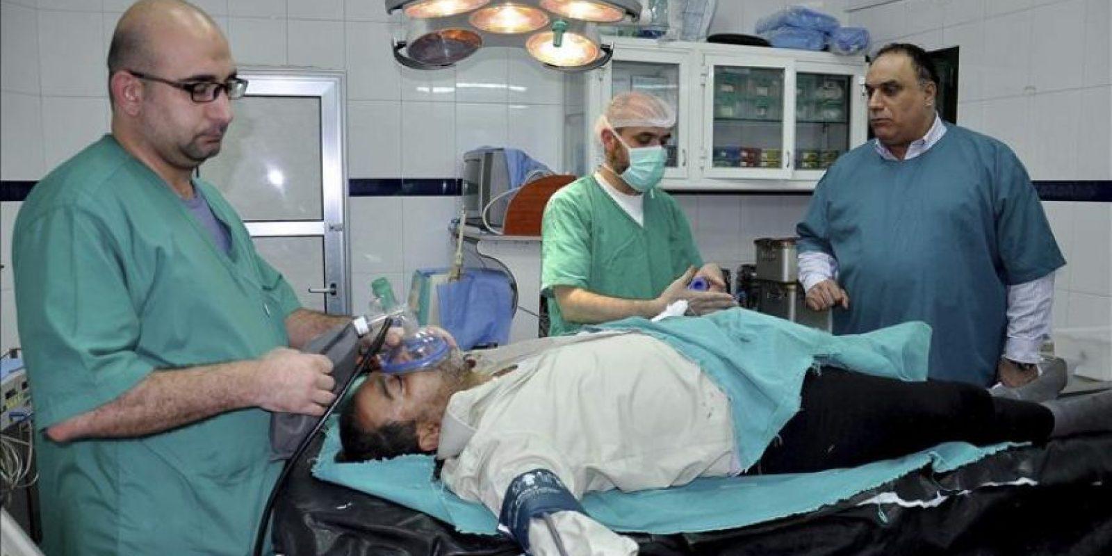 Fotografía facilitada por la Agencia Siria Árabe de Noticias (SANA) en la que se muestra a uno de los heridos por la explosión de un coche bomba en el barrio de Akrama, en el centro de Homs, recibiendo atención médica en el hospital de la ciudad, en Siria, hoy, miércoles 21 de enero de 2015. EFE