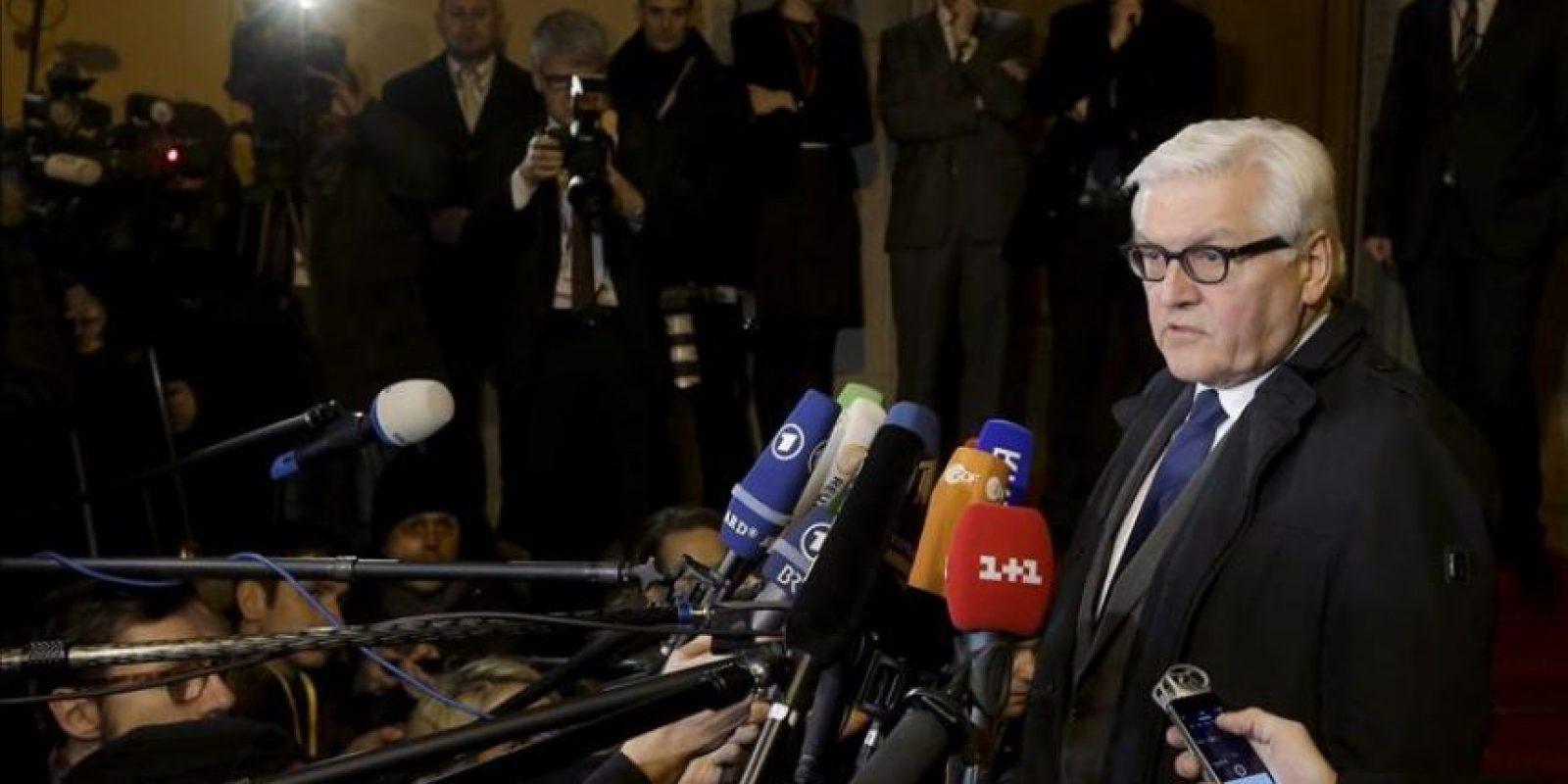 El ministro alemán de Exteriores, Frank-Walter Steinmeier (d) se dirige a los medios antes de su encuentro con sus homólogos, el ruso, Sergei Lavrov, el ucraniano, Pavló Klimkin y el francés, Laurent Fabius (no en la imagen) en Berlín, Alemania hoy 21 de enero de 2015. EFE
