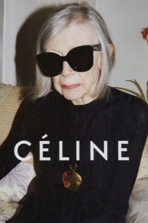 El mundo de la moda ya no busca a altísimas, muy flacas y delicadas modelos para sus campañas. La intelectual Joan Didion es la nueva musa de la campaña de Céline Foto:Céline