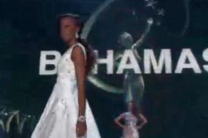 Miss Bahamas se atoró mientas caminaba por las escaleras. Foto:Miss Universe.com