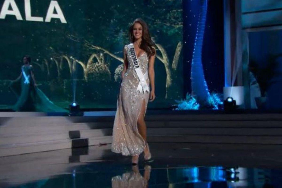 Miss Guatemala evitó un daño en su vestido y decidió levantarlo disimuladamente. Foto:Miss Universe.com