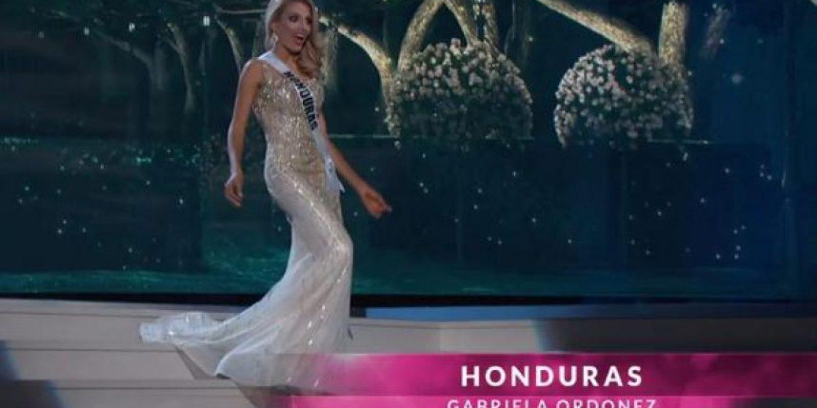 Miss Honduras dejó ver su sorpresa cuando casi se resbala. Foto:Miss Universe.com