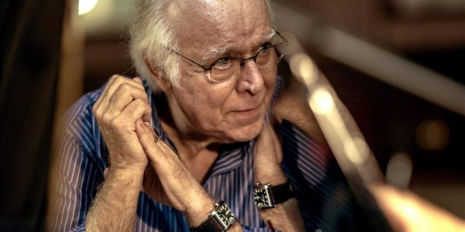 """Fotografía facilitada por la productora Universal Music, del cantante portugués Carlos do Carmo que, a sus 75 años, continúa la senda iniciada por Amália Rodrigues para dotar al fado de una dimensión internacional, una """"batalla"""" que puede considerar ganada tras convertirse en el primer portugués en ganar un Grammy. EFE"""