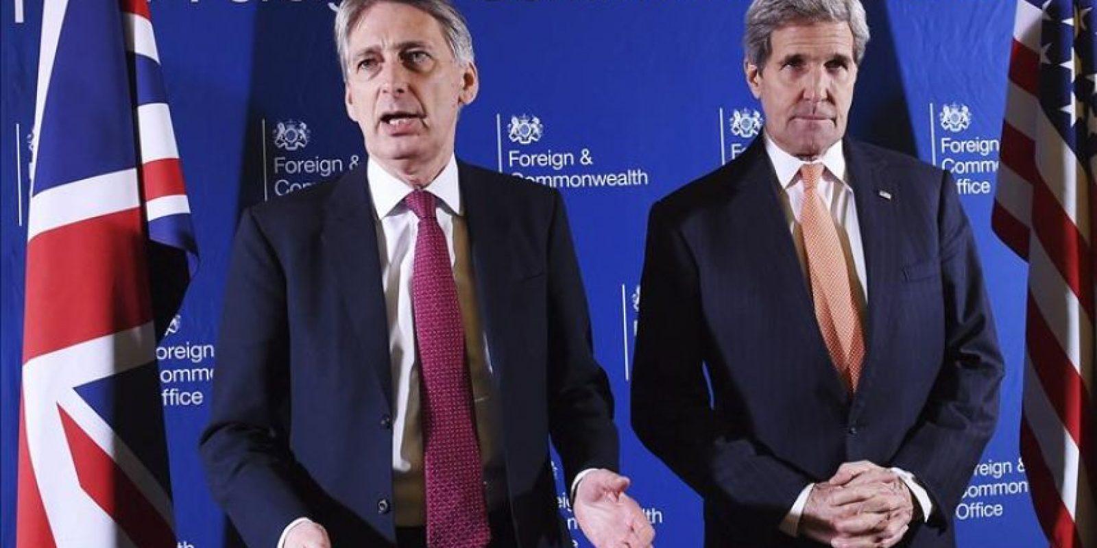 El ministro de Exteriores británico, Philip Hammond (izq), y el secretario de Estado de EE.UU., John Kerry, durante su participación en una reunión sobre el grupo yihadista Estado Islámico (EI) en Londres. EFE
