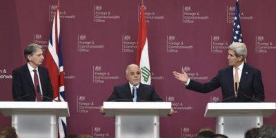 """El jefe de la diplomacia británica, Philip Hammond (i), ofrece una rueda de prensa acompañado del primer ministro iraquí, Haider Al Abadi (c), y el secretario de Estado de EE.UU., John Kerry (d), en Londres, Reino Unido, hoy, jueves 22 de enero de 2015. Hammond y Kerry han copresidido un encuentro en la capital británica en el que los ministros de Asuntos Exteriores de 21 países se han reunido para reafirmar su """"compromiso"""" para derrotar al grupo yihadista Estado Islámico (EI). EFE"""