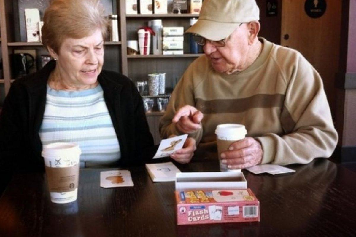 Le enseña a su esposa a leer, luego de un derrame cerebral