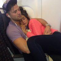Ella tenía pánico a los aviones, luego de tomar unas pastillas su novio la cargo dormida durante el vuelo