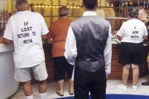 Él tiene problemas de memoria por lo cual junto a su esposa usan camisetas con avisos en caso de pérdida