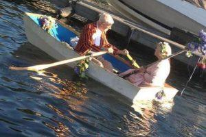 Llevan 50 años casados y siempre celebran su aniversario en un bote