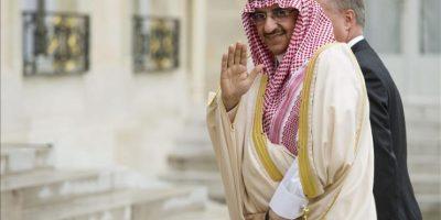 El, hasta ahora, ministro de Interior saudí, el príncipe Mohamed bin Nayef, saluda a su llegada a la reunión con el presidente francés, François Hollande, en el Palacio del Palacio del Elíseo, en mayo de 2013. EFE