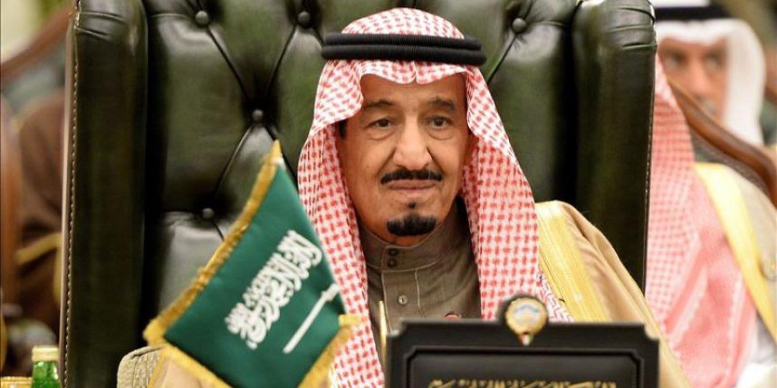 Fotografía de archivo del 11 de diciembre de 2013 que muestra al entonces príncipe heredero, Salman bin Abdelaziz al Saud, durante la cumbre del Consejo de Cooperación en Kuwait. EFE/Archivo