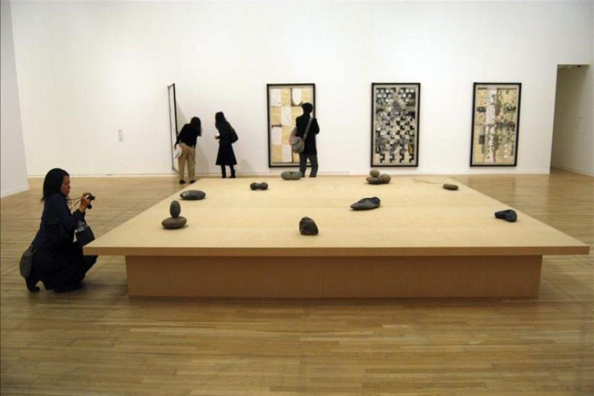 Objetos anodinos como piedras, neumáticos abandonados o flores sirven al artista mexicano Gabriel Orozco para evocar los ciclos de la vida y el paso del tiempo, en su primera gran exposición individual en Japón, país que ha marcado su obra. EFE