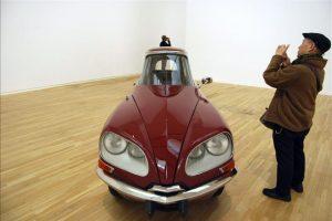 """Un visitante fotografía la instalación """"La DS"""", una de las piezas más destacadas de la primera gran exposición individual en Japón del artista mexicano Gabriel Orozco, titulada """"Círculos Interiores"""". EFE"""