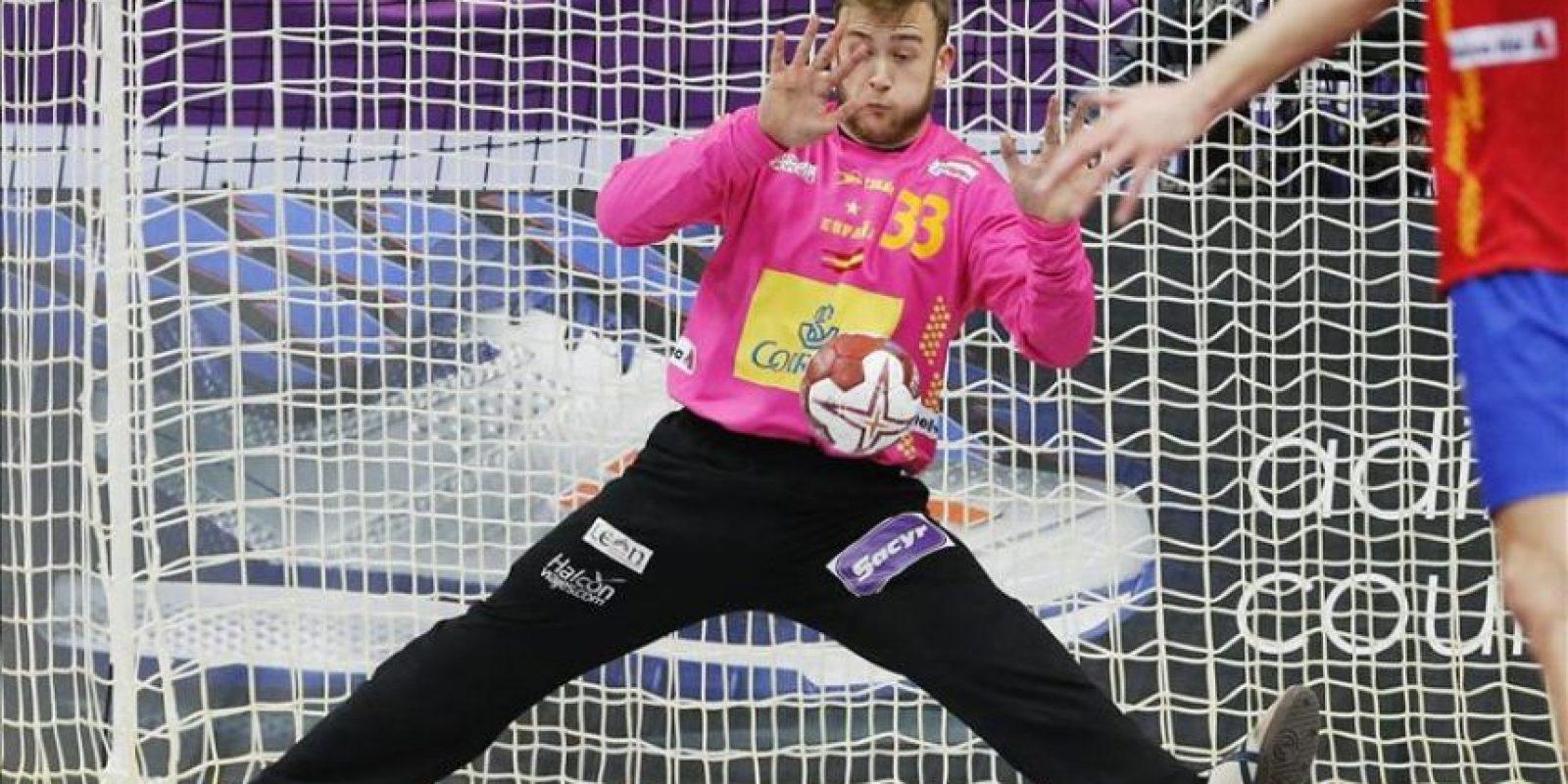 El portero español Gonzalo Pérez de Vargas en acción durante el partido del grupo A del Campeonato del Mundo de balonmano disputado entre España y Eslovenia en el pabellón Duhail de Doha, Catar, el 23 de enero del 2015. EFE