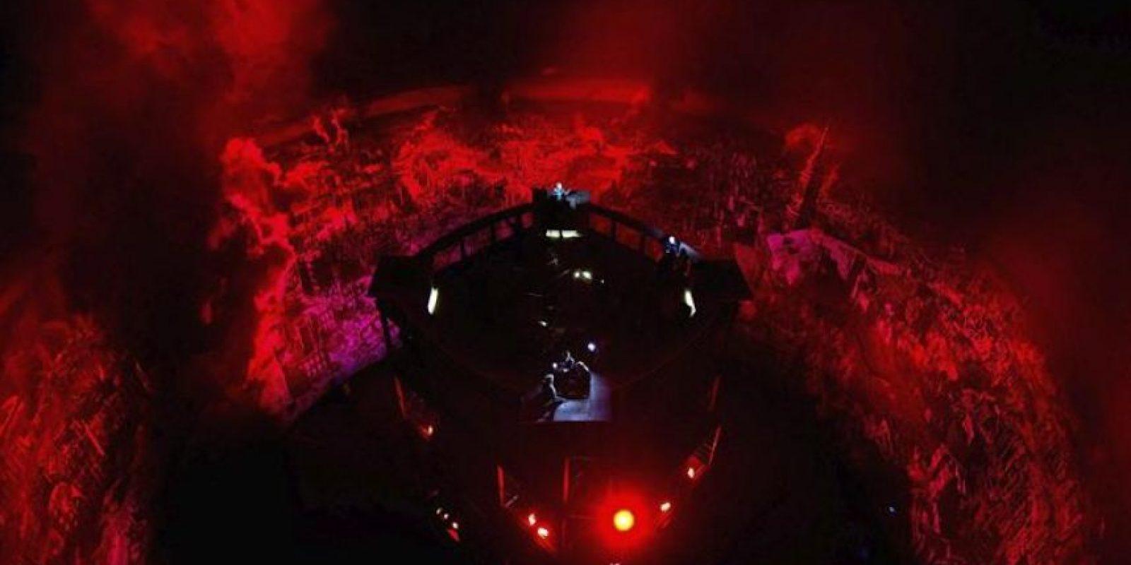 """La nueva pintura panorámica de 360 grados titulada """"Dresde 1945. Tragedia y esperanza de una ciudad europea"""", iluminada en rojo durante su presentación en el Panómetro Asisi, en Dresde, Alemania, hoy viernes 23 de enero de 2015. EFE"""