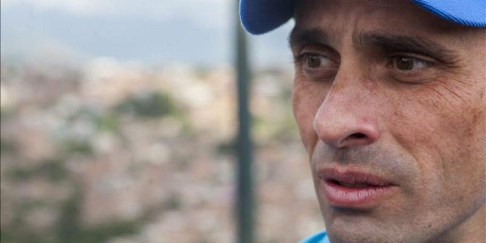 El líder de la oposición venezolana y excandidato presidencial Henrique Capriles participa en un acto de la Mesa de la Unidad Democrática (MUD) hoy, viernes 23 de enero del 2015, en un barrio de Petare en Caracas (Venezuela). EFE