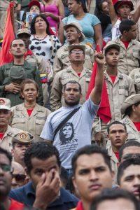 Manifestantes chavistas participan en la celebración del 57 aniversario de la instauración de la democracia en Venezuela hoy, viernes 23 de enero de 2015, en Caracas (Venezuela). EFE