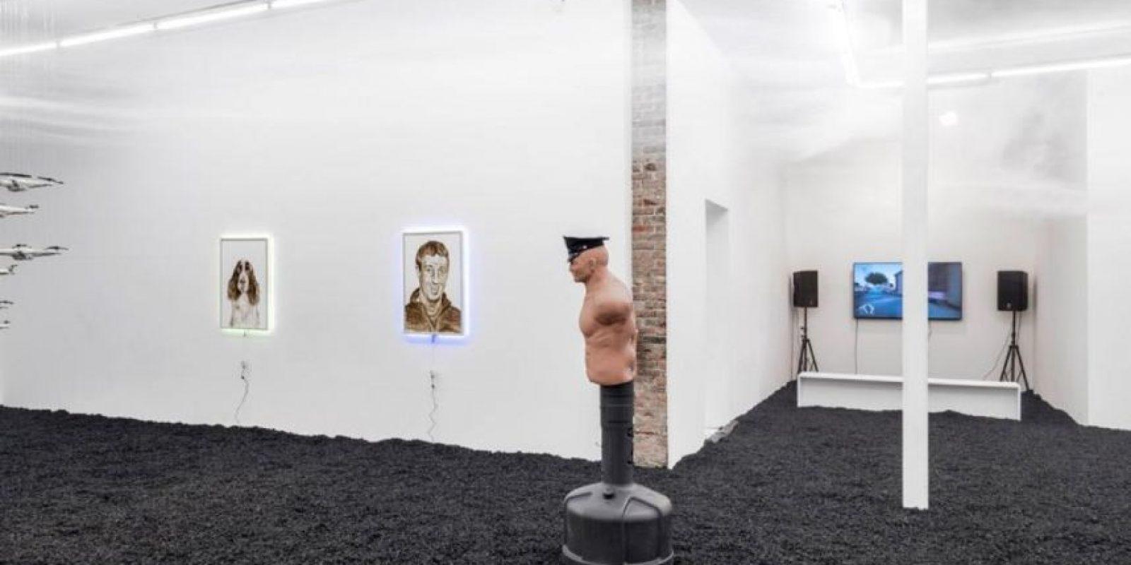 El retrato fue realizado con heces fecales. Foto:facebook.com/TheHoleNYC