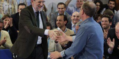 """El presidente de Extremadura, José Antonio Monago (d), saluda al presidente del Gobierno y del Partido Popular, tras su intervención hoy en un Diálogo """"Del crecimiento a la ilusión"""", en el marco de la Convención Nacional del PP, que se celebra este fin de semana en el Palacio Municipal de Congresos de Madrid. EFE"""