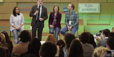 El presidente del Gobierno, Mariano Rajoy (2i), y la secretaria general del Partido Popular, María Dolores de Cospedal (2d), junto a la presidenta nacional de NNGG, Beatriz Jurado (i), y el secretario general de NNGG, Javier Dorado (d), en de la convención nacional del PP, que se celebra este fin de semana en Madrid. EFE