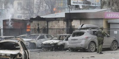 Un militar ucraniano inspecciona los daños ocasionados en un parking después del bombardeo registrado hoy en la ciudad de Mariupol. EFE