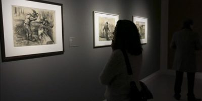"""Una mujer observa algunas de las primeras obras del pintor holandés Van Gogh en la exposición """"Van Gogh en Borinage: el nacimiento de un artista"""". EFE"""