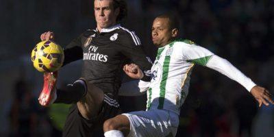 El centrocampista galés del Real Madrid Gareth Bale (i) pelea un balón con el defensa brasileño del Córdoba Edimar Fraga en partido de la vigésima jornada de liga en Primera División. EFE