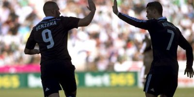 El delantero francés del Real Madrid Karim Benzema (i) celebra con su compañero Cristiano Ronaldo la consecución del primer gol de su equipo ante el Córdoba en partido de la vigésima jornada de liga en Primera División en el estadio Nuevo Arcángel. EFE