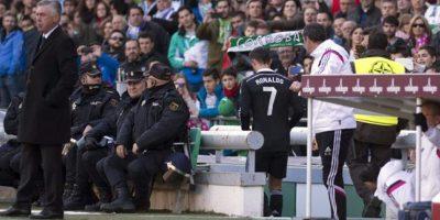 El delantero portugués del Real Madrid Cristiano Ronaldo (c) sale del terreno de juego tras expulsado en el partido ante el Córdoba de la vigésima jornada de liga en Primera División que se disputó en el estadio Nuevo Arcángel. EFE