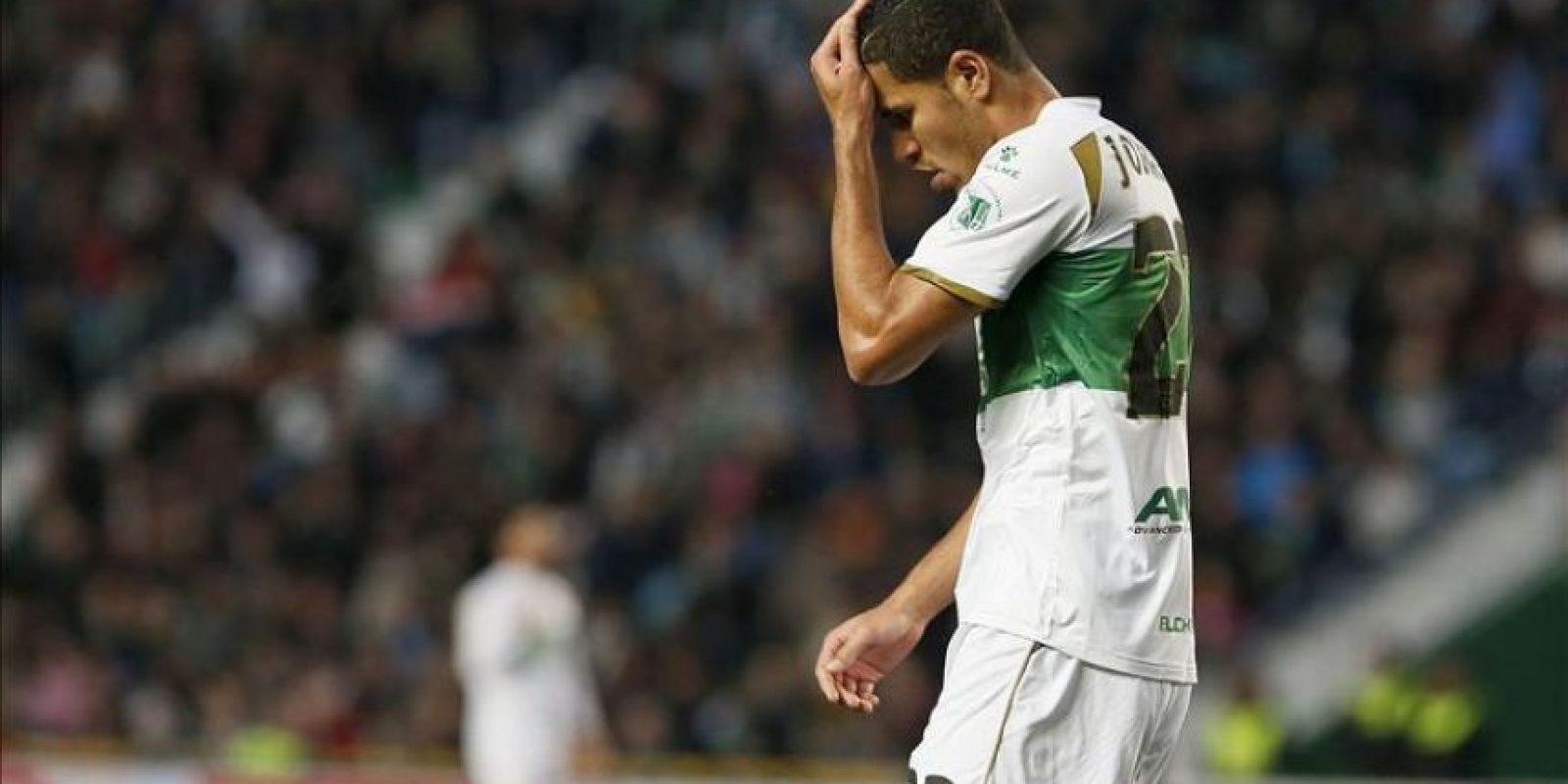 El delantero brasileño del Elche, Jonathas de Jesus, se lamenta de una ocasión fallada ante el Barcelona en el partido de la vigésima jornada de liga en Primera División que se disputó en el estadio Martínez Valero.EFE