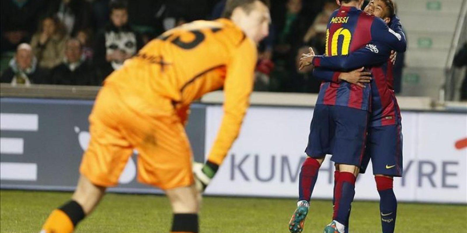 El delantero brasileño del FC Barcelona Neymar da Silva (d) celebra con su compañero Leo Messi la consecución del cuarto gol de su equipo ante el Elche durante el partido de la vigésima jornada de liga en Primera División que se disputó en el estadio Martínez Valero. EFE