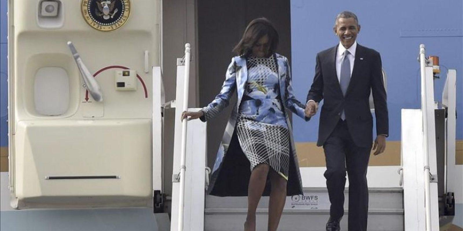 El presidente de Estados Unidos Unidos Barack Obama y su esposa Michelle Obama descienden por la escalerilla del Force One a su llegada al aeropuerto de Nueva Delhi. EFE