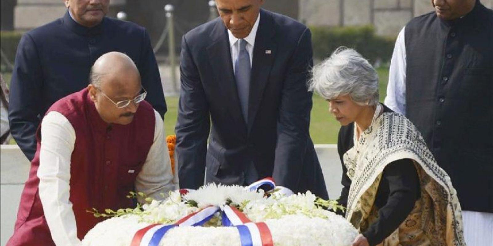 """El presidente de EEUU, Barack Obama (3-i) acompañado por dos autoridades del gobierno indio deposita una corona de flores, ante el memorial en recuerdo al padre de la lucha no violenta, """"mahatma"""" Gandhi. EFE"""