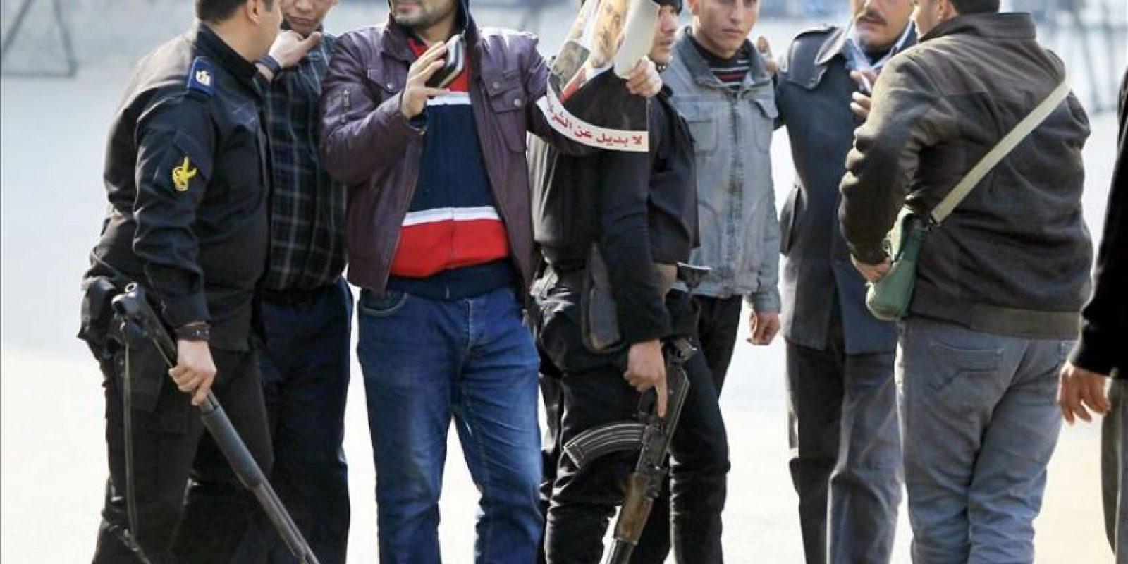 Policías egipcios arrestan a dos seguidores del depuesto presidente Morsi, durante una protesta en las inemdiaciones de la plaza Tahrir de El Cairo. EFE