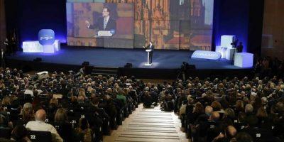 """El presidente del Gobierno y del Partido Popular, Mariano Rajoy, durante su intervención hoy en la clausura de la convención nacional del PP, que se ha celebrado este fin de semana en el Palacio de Congresos de Madrid, en la que ha advertido de que los problemas de un país """"no se resuelven con palabras mágicas o conjuros caribeños"""" y tampoco se les hace frente con """"planteamientos mesiánicos"""" y """"doctrinarios"""". EFE/Angel Díaz"""