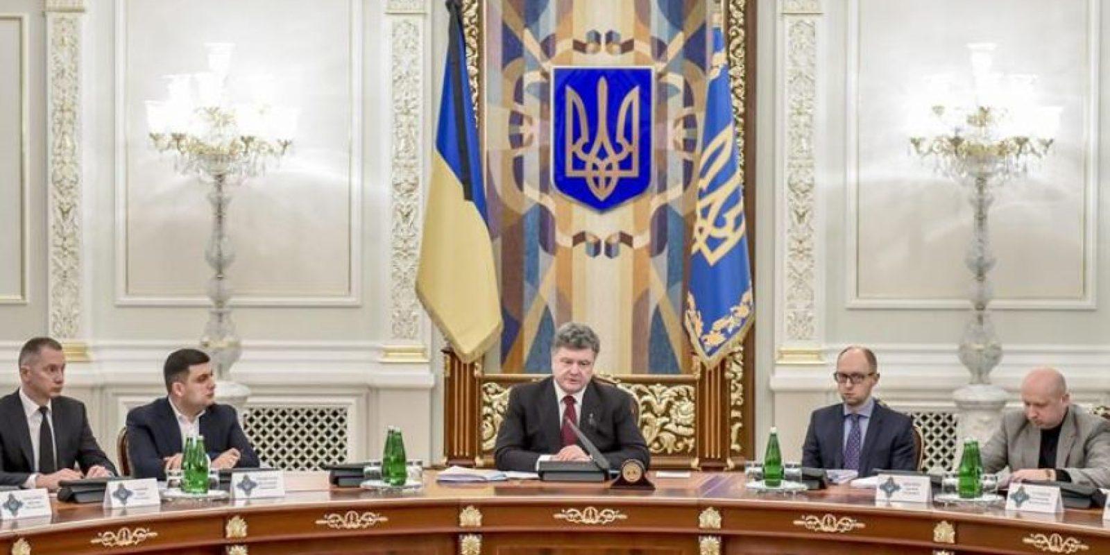 Fotografía cedida por el servicio de prensa presidencial ucraniano que muestra al presidente ucraniano, Petró Poroshenko (c) al frente de una reunión de emergencia del Consejo de Seguridad y Defensa Nacional en Kiev, Ucrania. EFE