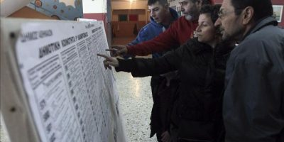 Los votantes revisan las listas electorales durante las elecciones parlamentarias, en Atenas, Grecia. EFE
