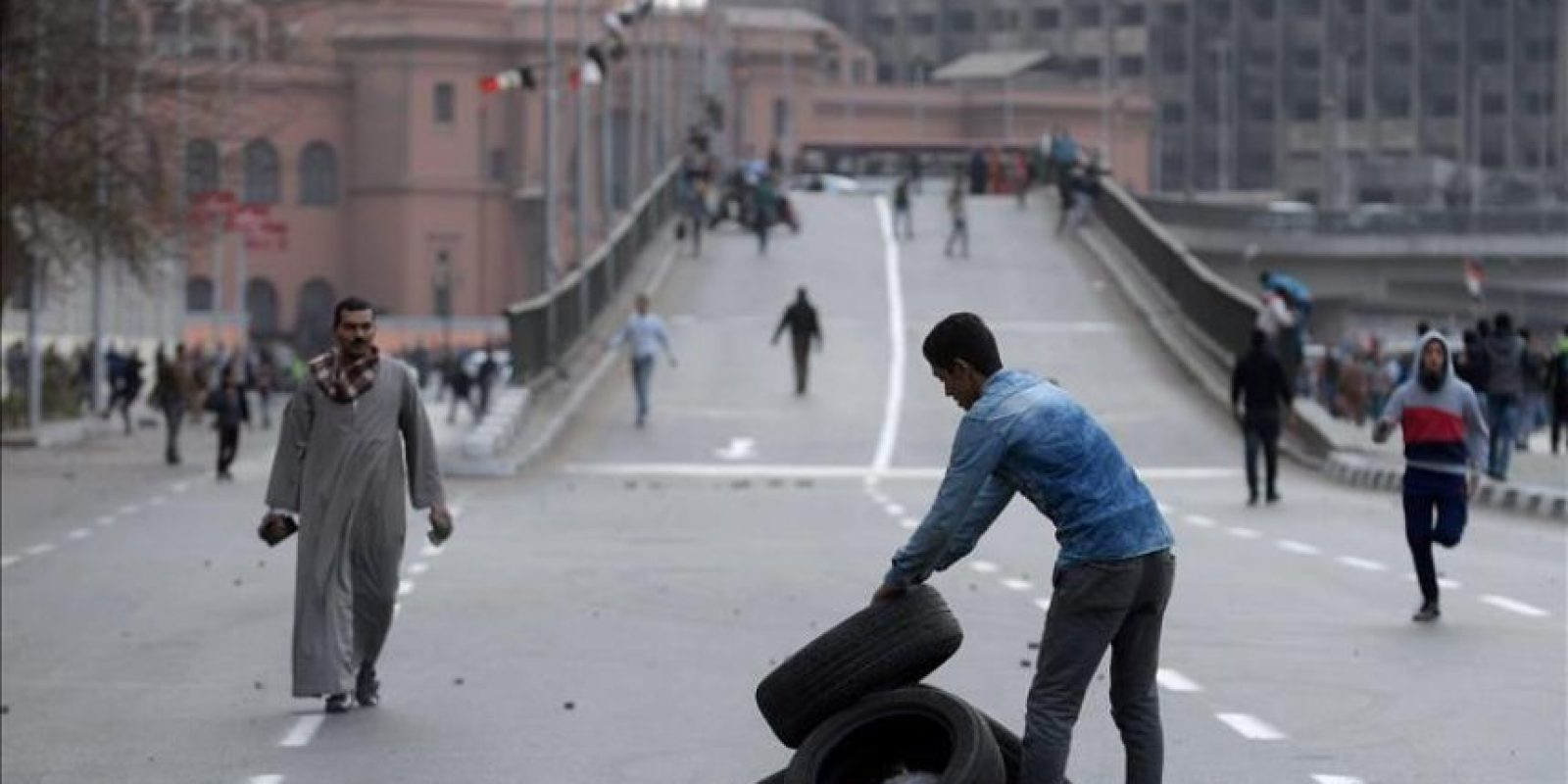 Egipcios apilan neumáticos durante los enfrentamientos con las fuerzas de seguridad en una protesta en conmemoración del día del aniversario de la sublevación 2011, en El Cairo , Egipto. EFE